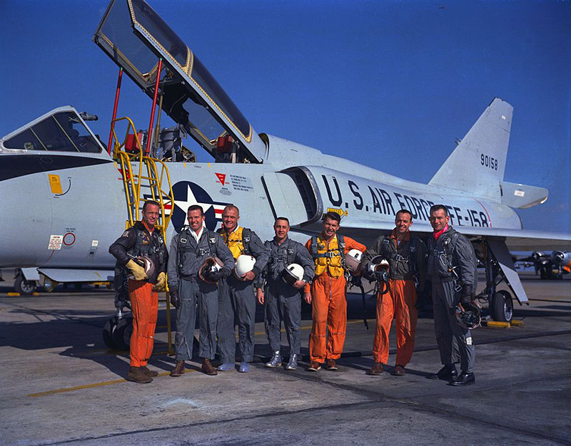 982px-mercury_seven_astronauts_with_aircraft